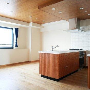 対面キッチンが絵になるデザイン性です。奥にはダイニングテーブルで食卓を囲みたいなぁ。