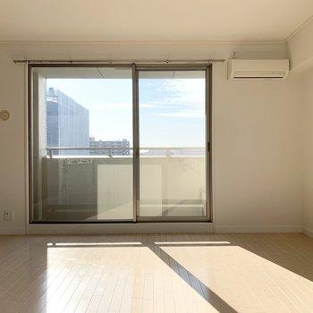 大きな窓からの陽射しが心地良い居室スペース。(※写真は12階の反転間取り別部屋のものです)