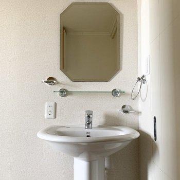 この洗面スペース、何度見ても魅力的!歯ブラシスタンドもソープディッシュも設置されています。(※写真は12階の反転間取り別部屋のものです)