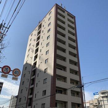 川沿いに建つ背の高いマンションです。