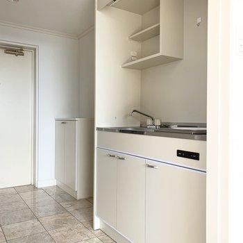 キッチンは廊下に。(※写真は12階の反転間取り別部屋のものです)