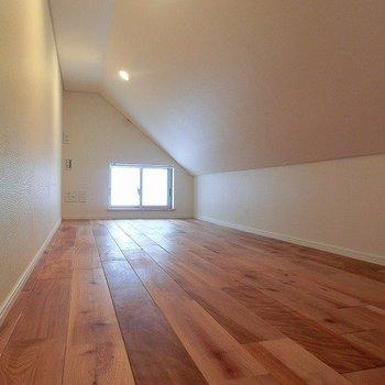 ロフトにも無垢床。※写真は前回募集時のものです。
