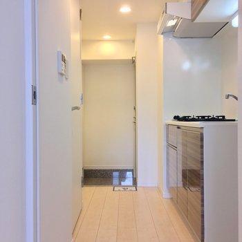 扉を開けて、キッチンへ!※写真は7階の同間取りのお部屋です。