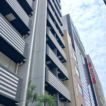 中央の細長いマンションです!左隣には2号棟※写真は7階の同間取りのお部屋です。