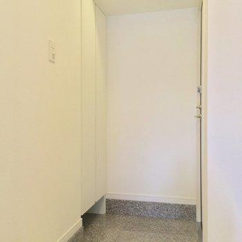 玄関もシンプルでいいね※写真は7階の同間取りのお部屋です。