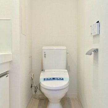 トイレもコチラに。ウォシュレット付き〜※写真は7階の同間取りのお部屋です。