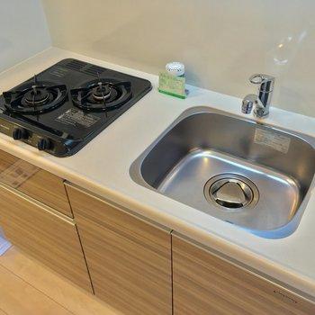 キッチンも2口ガスコンロで使いやすそう〜◎※写真は7階の同間取りのお部屋です。