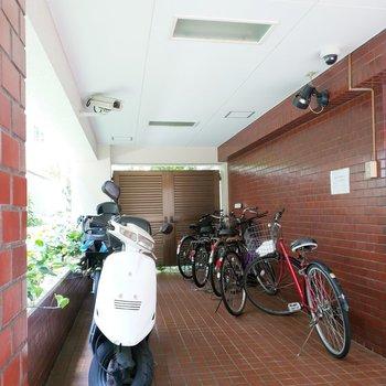 駐輪場も。バイク置き場も1階にあります。
