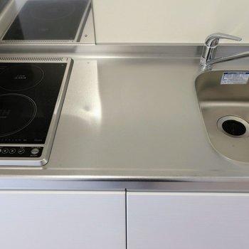 調理スペースもある2口IHのキッチン。左手に冷蔵庫置き場があります。※写真は2階の同間取り別部屋のものです