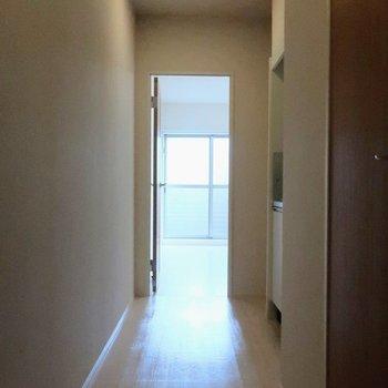 玄関前から1枚。※写真は2階の同間取り別部屋のものです