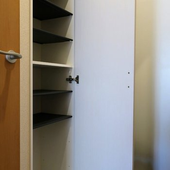 シューズボックスも上下段なかなかの収納力。※写真は2階の同間取り別部屋のものです
