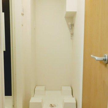 キッチン右手の扉をあけてサニタリー。※写真は2階の同間取り別部屋のものです