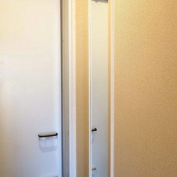 玄関スペースに姿見!ここでスイッチ切り替えてスタート。※写真は2階の同間取り別部屋のものです