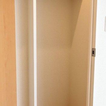 ハンガーパイプ上にも収納あります!※写真は2階の同間取り別部屋のものです