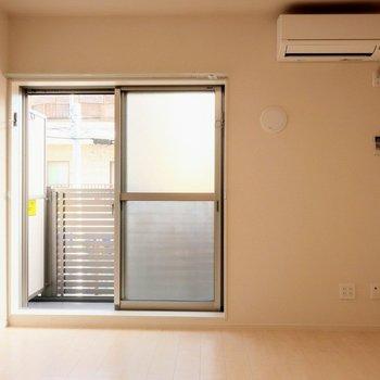 居室は7.6帖ありなかなか広い。シンプルな間取りなので左右どちらにベッド置いても良さそう。※写真は2階の同間取り別部屋のものです