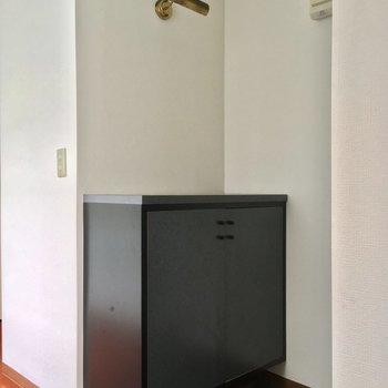 お部屋の真ん中らへんに位置する玄関が※2階別部屋反転似た間取りです。