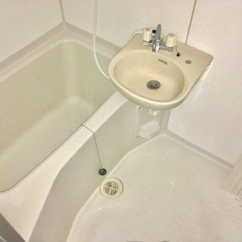 バスルームは2点ユニット。寝室から直接アクセス!※2階別部屋反転似た間取りです。