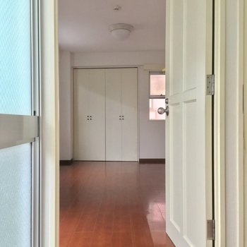 窓のある明るい廊下の1番奥にあったのは・・・※2階別部屋反転似た間取りです。
