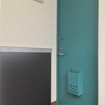 エメラルドグリーンのドアがこれまたレトロ可愛い!※2階別部屋反転似た間取りです。