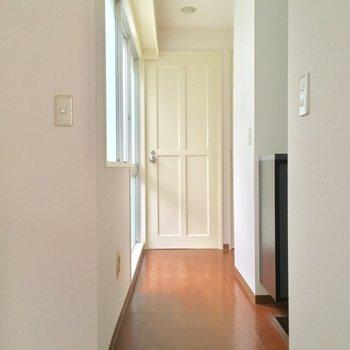 キッチンの奥には明るい廊下、右手には※2階別部屋反転似た間取りです。