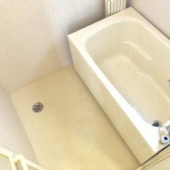 お風呂場はキレイ。追い焚き機能付きですよ。