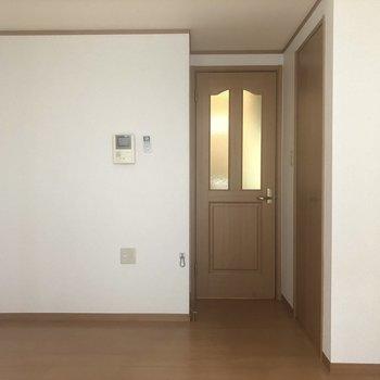 反対側です!ドアの横がにベットかなぁ