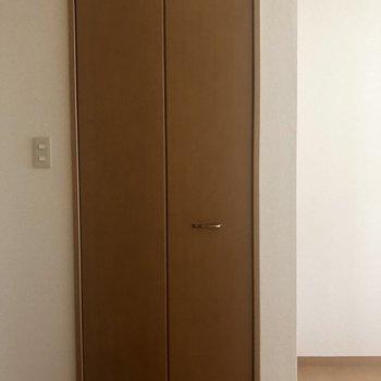 居室のクローゼット、細めですが・・