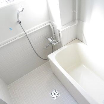 お風呂も真っ白です。※写真は工事中のものとなっております ※写真は2階の同間取りのお部屋です。