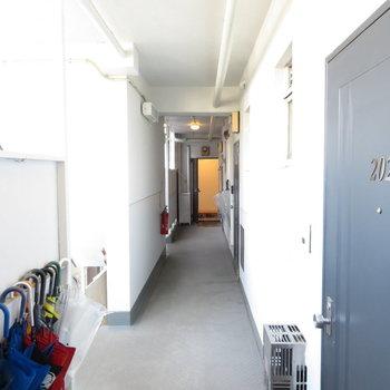 共用廊下はこう。 ※写真は2階の同間取りのお部屋です。