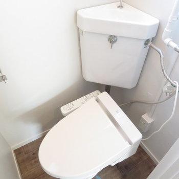 温水便座付きのトイレです。※写真は工事中のものとなっております ※写真は2階の同間取りのお部屋です。
