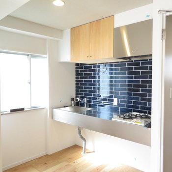 キッチンスペースかっこよくないですか?※写真は工事中のものとなっております ※写真は2階の同間取りのお部屋です。