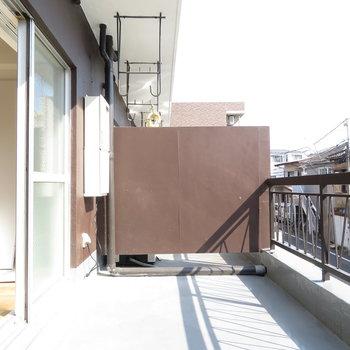 ベランダ広い!!植物置けそうですよ!※写真は工事中のものとなっております ※写真は2階の同間取りのお部屋です。