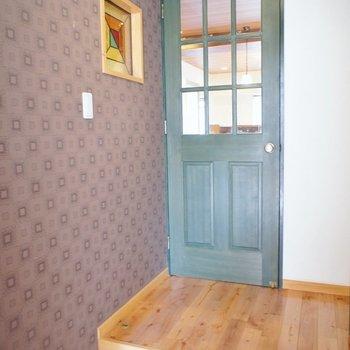 玄関もこの可愛さ!グリーンのドアも可愛いです