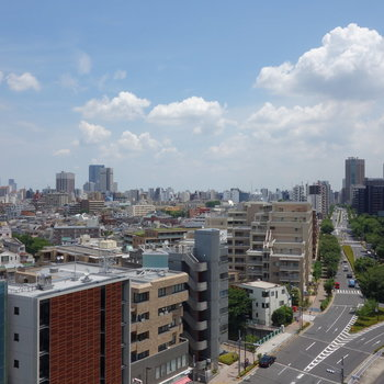 少し右を向くと、新宿方面です。空が近い!