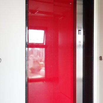 渋いエレベーターでお部屋まで。