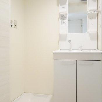 脱衣所に独立洗面台と、洗濯機置場あります。