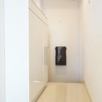 玄関です。靴箱ありますよ。