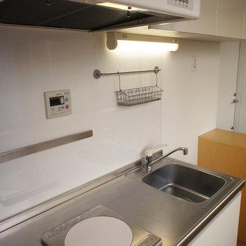 キッチンも、小物をかけるフックがついていて便利そうです。※写真は似た間取りの別部屋
