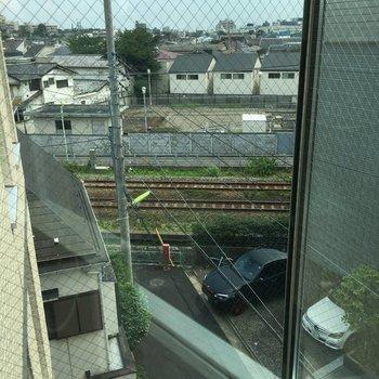 窓から見下ろすと線路があるんです。