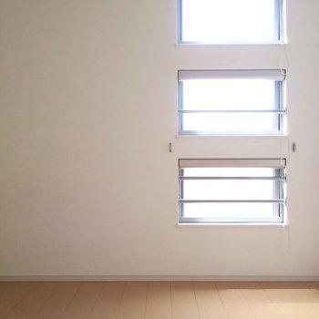 部屋①日差しもしっかりと感じられます