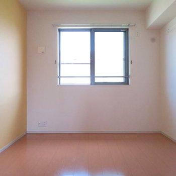 部屋②黄色い壁もかわいらしい!