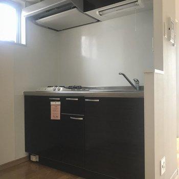 キッチンには冷蔵庫や料理家電を置けます(※写真は清掃前です)