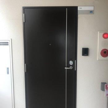 ドアはカードキーになってます!防犯対策バッチリ!