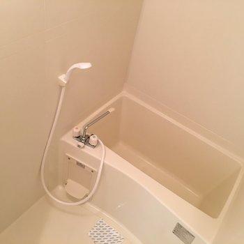 浴槽は深め!※写真は8階、同間取りの別部屋です。