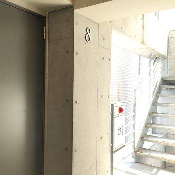 玄関前は螺旋階段あり!もちろんエレベーターもありますよ!