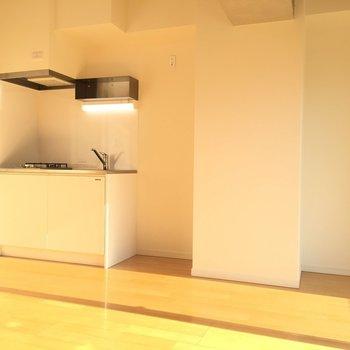 キッチン横にはちゃんと冷蔵庫スペースあり◯※写真は8階、同間取りの別部屋です。