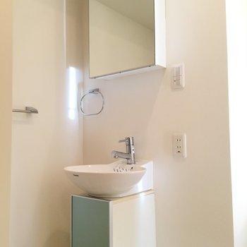 洗面台はスタイリッシュに 物はあまり置けないかな※写真は8階、同間取りの別部屋です。