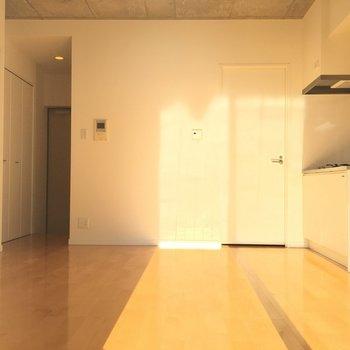 ソファーとテーブル置けるかな?※写真は8階、同間取りの別部屋です。