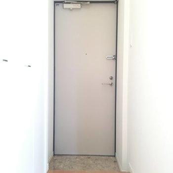 玄関部分 左手には下駄箱に※写真は8階、同間取りの別部屋です。
