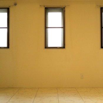 部屋①窓は3つ!